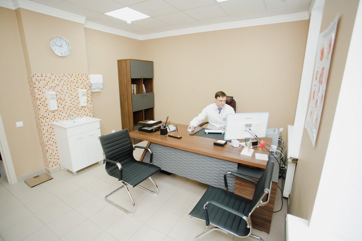 Врач уролог в клинике мужского здоровья